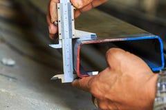 Afmeting die staal meet door vernier stock foto