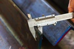 Afmeting die staal meet door vernier stock foto's