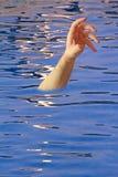 Afogando o braço na piscina imagem de stock