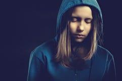 Afraided nastoletnia dziewczyna w kapiszonie Fotografia Royalty Free