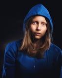 Afraided nastoletnia dziewczyna w kapiszonie Zdjęcia Royalty Free