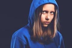 Afraided tonårig flicka i huv Arkivfoton