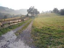 Afrer de los prados de la montaña rainning fotos de archivo