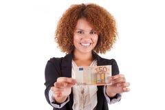 拿着一张欧洲票据- Afri的年轻非裔美国人的女商人 库存照片