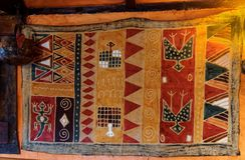 Afrian-ähnliche Wolldecke auf Wand lizenzfreies stockbild
