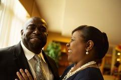 Afrian amerikanska par som skrattar och ler Arkivfoto