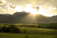 africa drakensbergberg över södra solnedgång Arkivbild