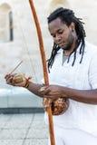 Africain Capoeira Rastaman, jouant un berimbau d'instrument photographie stock