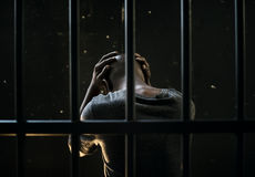 Africain masculin en prison l'attente soumise à une contrainte images libres de droits
