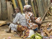 Africamvrouwen bij de markt Stock Foto