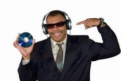 African-American de sorriso que aponta no disco compacto Foto de Stock