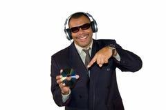 African-American de sorriso que aponta no disco compacto Fotos de Stock