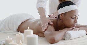 African-American Woman Getting Spa Behandeling stock videobeelden