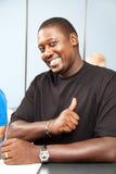 African-Americanerwachsener Kursteilnehmer - Daumen oben Lizenzfreies Stockfoto