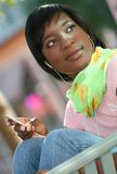 African-Americanfrau mit Spieler Mp-3 Stockfotos