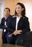 African-Americangeschäftsfrau mit männlichem Mitarbeiter Stockfotos