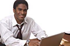 African-Americangeschäftsmann, der an Laptop arbeitet Stockfoto