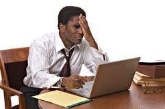 African-Americangeschäftsmann, der an Laptop arbeitet Stockbild