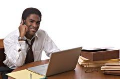 African-Americangeschäftsmann, der an Laptop arbeitet Lizenzfreie Stockfotografie