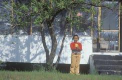 African-Americanmädchen, das eine amerikanische Flagge anhält Stockbilder