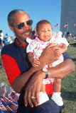 African-Americanman som rymmer hans sondotter arkivbilder