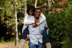 African-Americanpaarmasseverbinder draußen Lizenzfreie Stockfotografie