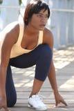 African-Americanweibliches Trainieren, dehnend aus Stockfoto