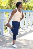 African-Americanweibliches Trainieren, dehnend aus Lizenzfreie Stockfotos