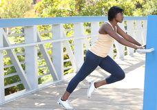 African-Americanweibliches Trainieren, dehnend aus Stockfotos