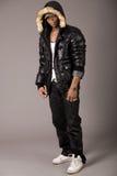 Africano joven del acróbata con estilo con la chaqueta negra Imagen de archivo