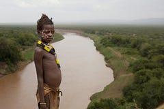 Afrika, Äthiopien, nicht identifizierter Mann omo Tales 25 12 nicht identifiziertes Kind 2009 von Karo-Stamm Lizenzfreie Stockfotos