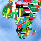 Afrika auf politischer Kugel mit Flaggen Stockfotos