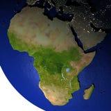 Afrika bij nacht op model van Aarde met in reliëf gemaakt land Stock Foto
