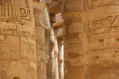 Afrika Egypten, Luxor, kolonner av den Karnak templet med forntida hieroglyfer Fotografering för Bildbyråer