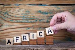 afrika Hölzerne Buchstaben auf dem informativen und der Kommunikation Hintergrund des Schreibtischs, Lizenzfreie Stockbilder