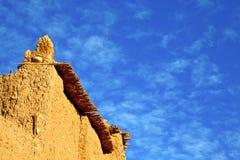 Afrika in histoycal maroc Bau und im Blau bewölkt Stockfotografie