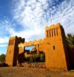 Afrika in histoycal maroc oude bouw en de blauwe wolk Stock Foto