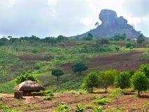 Afrika Mocambique, Naiopue. Nationell afrikansk by. Royaltyfri Bild