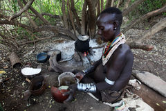 Afrika södra Ethiopia.2009.  Den oidentifierade Karo kvinnan i deras by i Mago parkerar Arkivfoton