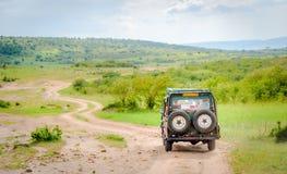 Afrika safarijeep som kör på nationalpark för Masai Mara och Serengeti arkivfoton