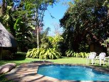 Afrika-Safarilager mit Pool Lizenzfreies Stockbild