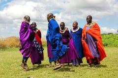 Afrika, Tanzania - Fеbruary 2016: De Masaivrouwen in kleurrijke kleren voeren een rituele dans uit stock afbeelding