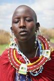 Afrika, Tanzania - Februari 2016: Masaivrouw van de stam in een dorp in traditionele kleding royalty-vrije stock afbeeldingen