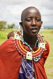 Afrika, Tanzania - Februari 2016: Masaivrouw van de stam in een dorp in traditionele kleding royalty-vrije stock foto's