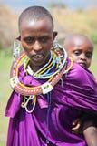 Afrika, Tanzania - Februari 2016: Weinig baby achter de moeder Masaistam royalty-vrije stock fotografie