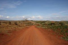 Afrika, Tanzania, rote Straße Lizenzfreie Stockfotografie