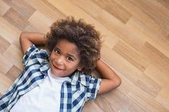 Afrikaan weinig jongen het denken royalty-vrije stock foto