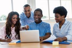 Afrikaans Amerikaans commercieel team die over strategie spreken stock foto's