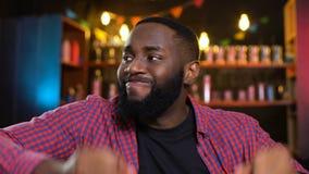 Afrikaans-Amerikaans die mannetje met het verliezende kampioenschap van het voetbalteam, bar wordt teleurgesteld stock videobeelden