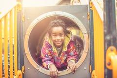 Afrikaans Amerikaans gelukkig jong geitje het bekijken camera royalty-vrije stock foto's